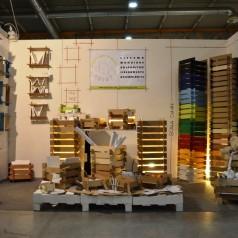 una linea di contenitori impilabili realizzati in parte con legno di
